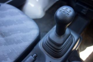 マニュアルギアの軽トラックのシフトノブ