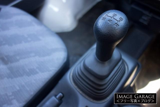 マニュアルギアの軽トラックのシフトノブのフリー写真素材