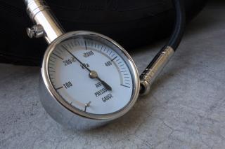 タイヤの空気圧を計るエアゲージ