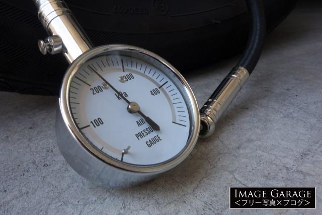 タイヤの空気圧を計るエアゲージの無料写真