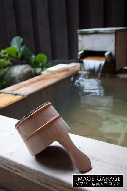 露天風呂の温泉と手桶の無料写真