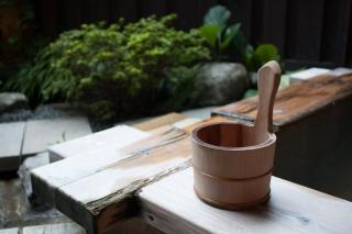 温泉にある木の手桶