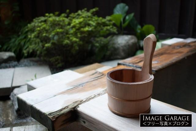 温泉にある木の手桶の無料写真