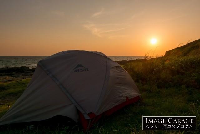 MSRのテントでの海岸キャンプの無料写真