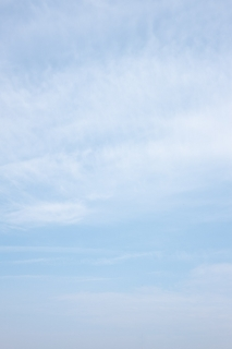 '柔らかい雰囲気の青空(縦位置)