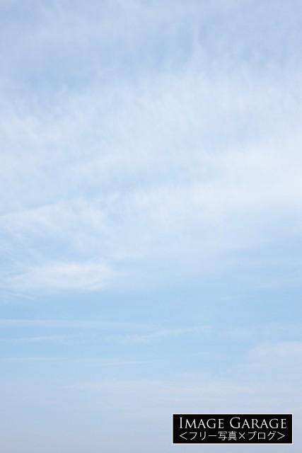 柔らかい雰囲気の青空(縦位置)のフリー写真素材(無料)