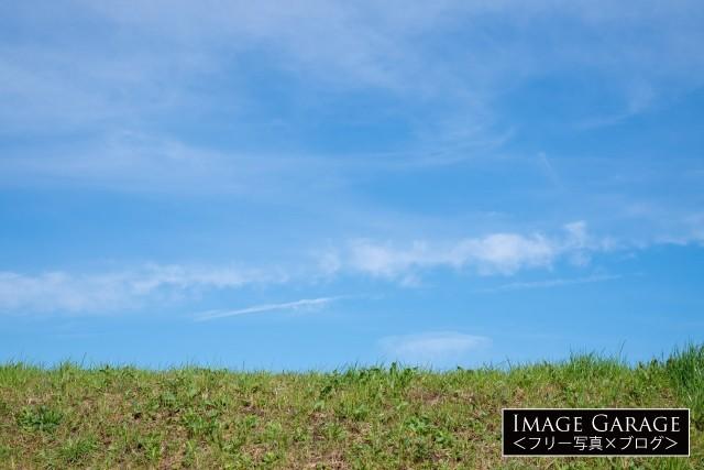 川の土手と青空の無料写真