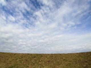 超広角レンズで撮った川の土手と青空