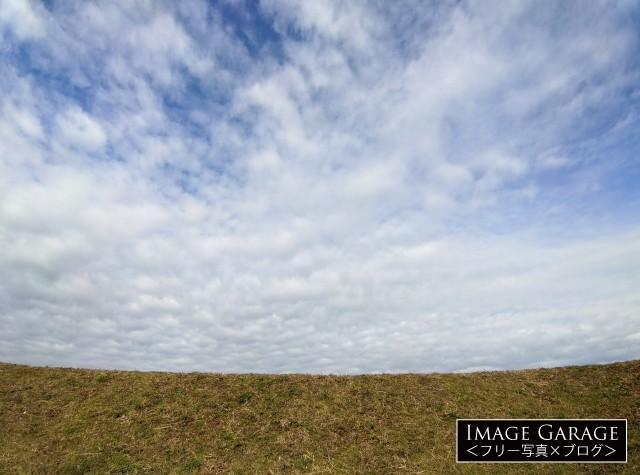 超広角レンズで撮った川の土手と青空のフリー素材写真(無料)