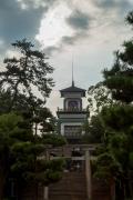 ステンドグラスが不思議な尾上神社の神門
