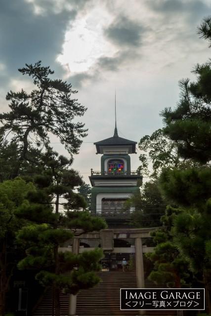 ステンドグラスが不思議な尾上神社の神門のフリー画像(無料写真素材)