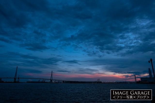 海芝浦駅から見た、鶴見つばさ橋の夕景の無料写真