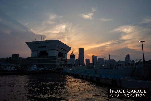 逆台形屋根の大桟橋ふ頭ビル前桟橋の無料写真