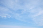 うっすら雲がある青空(横位置)