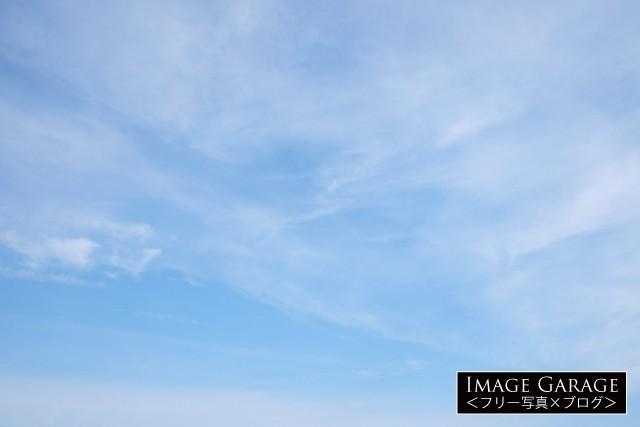 うっすら雲がある青空(横位置)のフリー画像(無料写真素材)