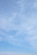 うっすら雲がある青空(縦位置)
