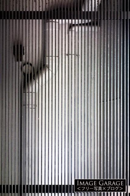 配管と鉄の縦格子のフリー写真素材(無料)