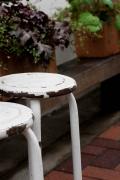 お店の前のおしゃれな白い椅子