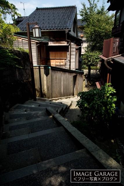 久保市検宮と主計町を結ぶ暗がり坂のフリー写真素材(無料)