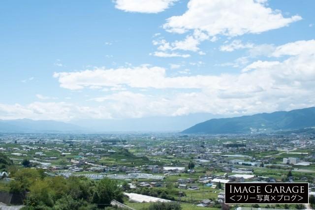塩山フルーツライン・牛奥みはらしの丘から眺める甲府盆地のフリー写真素材