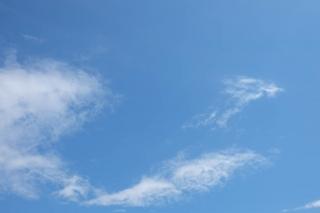 少しだけ雲のある4月の青空