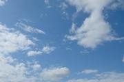 5月の雲のある青空