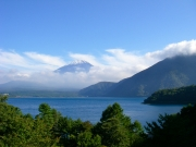 1000円札の紙幣の図柄にもなった本栖湖と富士山