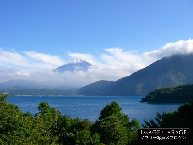 本栖湖と少し雲のかかった富士山のフリー素材写真(無料)