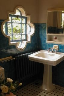 青と白とのコントラストが美しいべーリックホールの洗面所