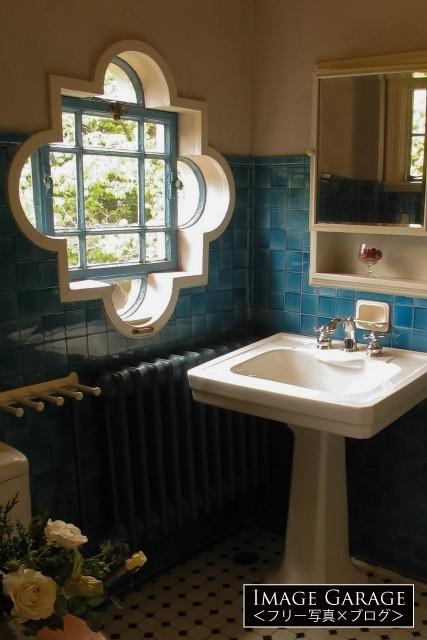 青と白とのコントラストが美しいべーリックホールの洗面所のフリー素材写真(無料)