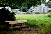 川沿いの広場に置いてあるベンチ