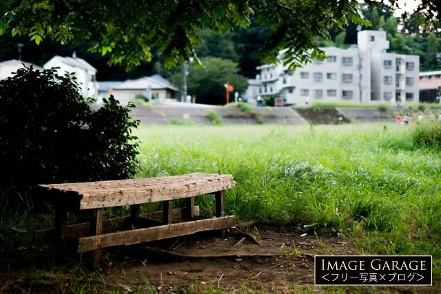 川沿いの広場に置いてあるベンチのフリー素材写真(無料)