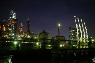 工場夜景・東亜石油のフレキシコーカーとローディングアーム