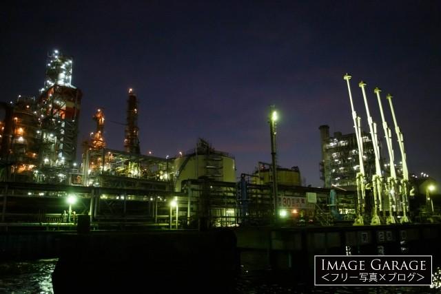 川崎工場夜景・東亜石油のフレキシコーカーとローディングアームのフリー写真素材(無料)