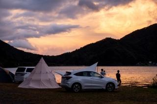 西湖自由キャンプ場で夕焼けを眺めるキャンパー