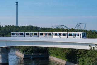 八景島付近を走る、シーサイドライン2000形電車