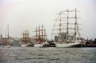 横浜大桟橋に来航したダル・ムウォジェジ・日本丸・海王丸