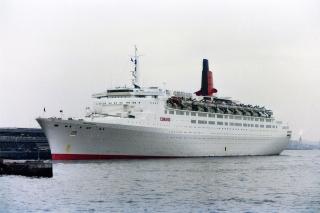横浜大桟橋に寄港したグレーの船体のクイーン・エリザベス2