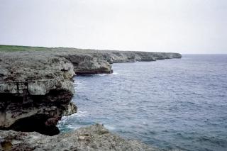 日本最南端の波照間島・高那崎のダイナミックな断崖
