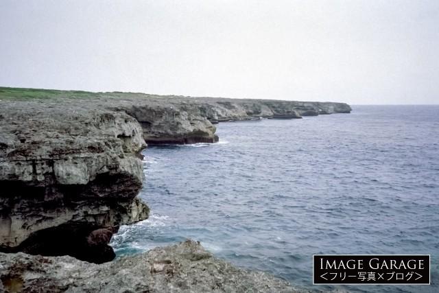 日本最南端の波照間島・高那崎のダイナミックな断崖のフリー素材写真(無料)