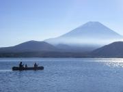 富士山の見える本栖湖でカヌーを楽しむ親子