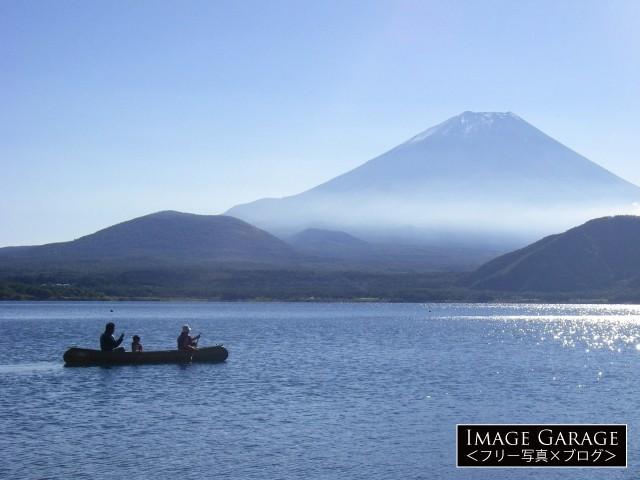 富士山の見える本栖湖でカヌーを楽しむ親子のフリー素材写真(無料)
