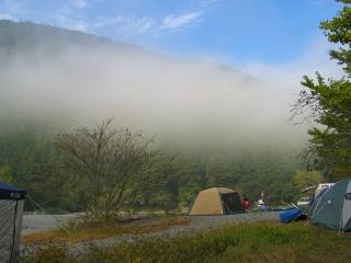 朝もやの中の秋葉神社前キャンプ場風景