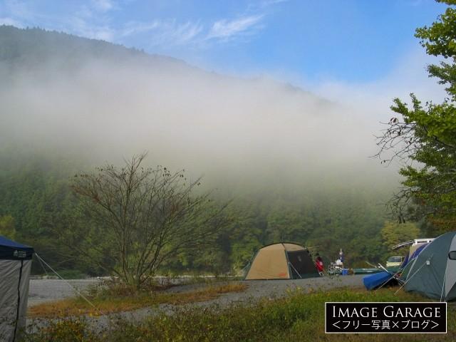 朝もやの中の秋葉神社前キャンプ場風景のフリー素材写真(無料)