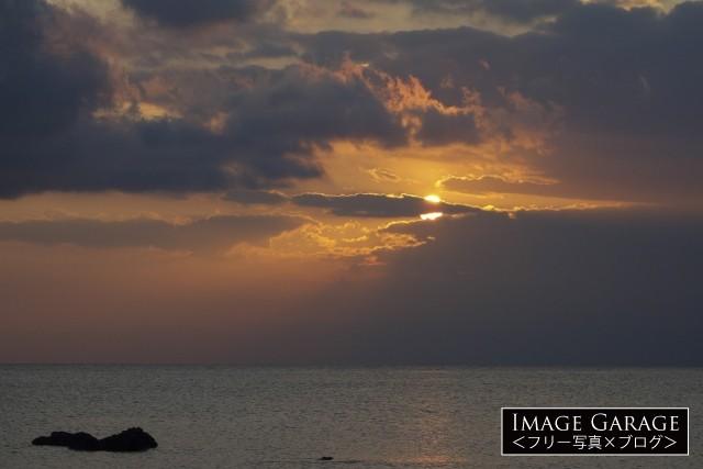 荘厳なクラシックイメージの夕焼けと夕陽のフリー素材写真(無料)