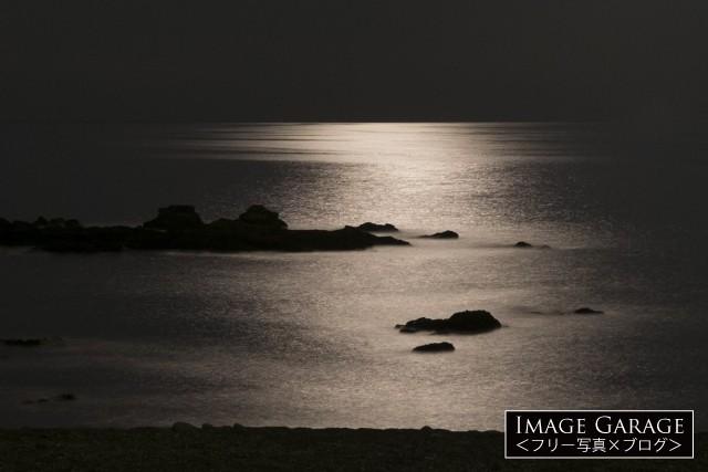 月夜の海のきらめきのフリー素材写真(無料)