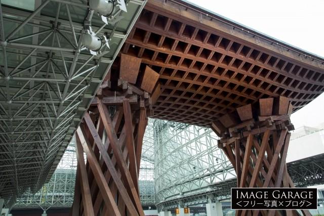 鼓のイメージで建築された鼓門(つづみもん)のフリー素材写真(無料)