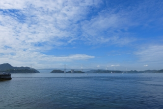 海の向こうに見える全長4105mの来島海峡大橋