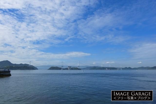 海の向こうに見える全長4105mの来島海峡大橋のフリー素材写真(無料)