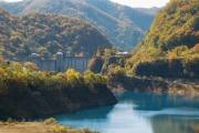 コバルトブルーの奥四万湖と四万ダム